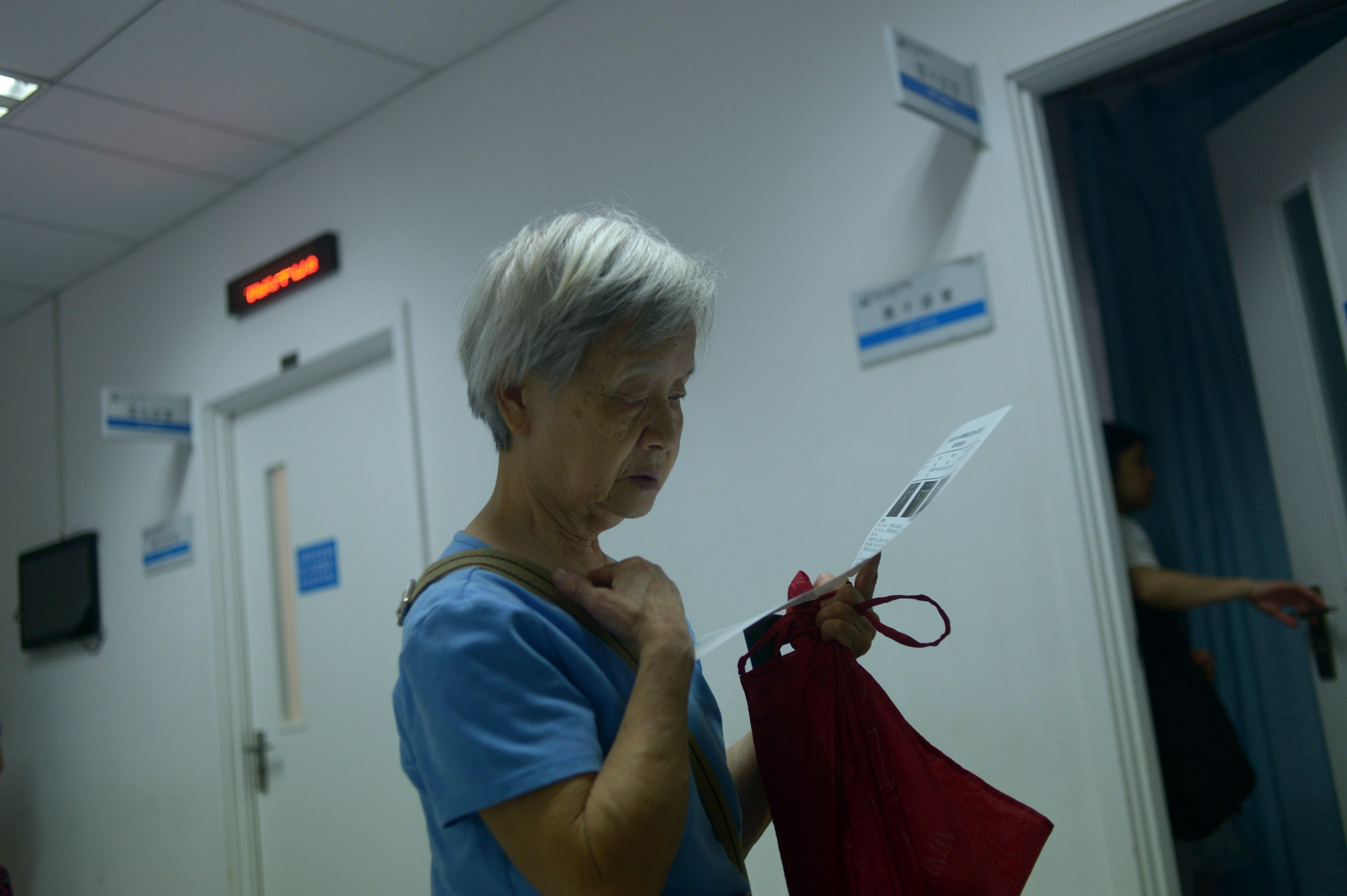 養老、教育和醫療,是納稅人應當享有的基本社會保障。圖為北京一家醫院內。 ( WANG ZHAO/AFP/Getty Images)