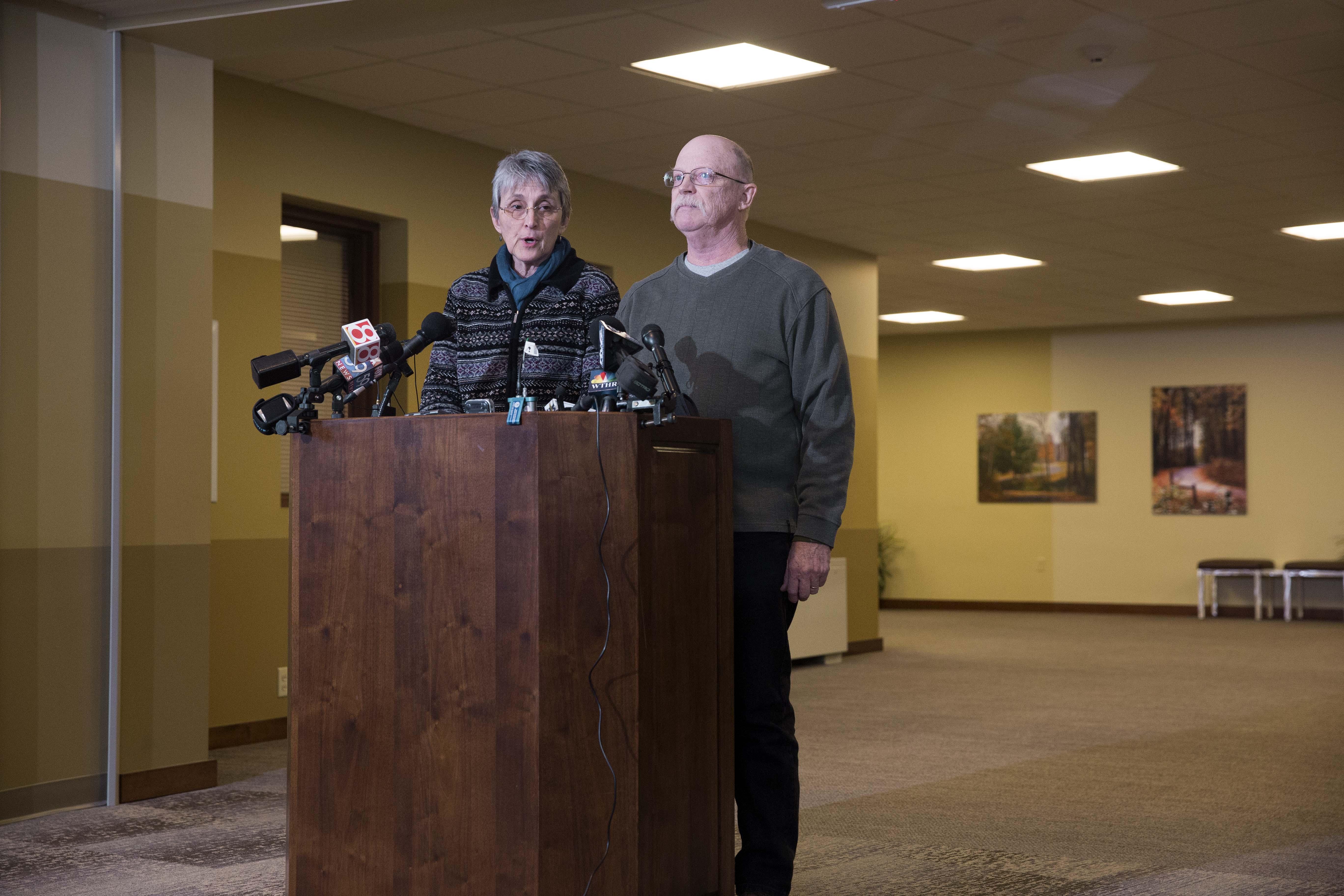 卡斯格是一名26歲的救援人員和美國公民,於2013年10月在敘利亞被ISIS抓捕,當時他正在向逃離敘利亞內戰的敘利亞人提供援助。圖為卡斯格的父母。(Aaron P. Bernstein/Getty Images)