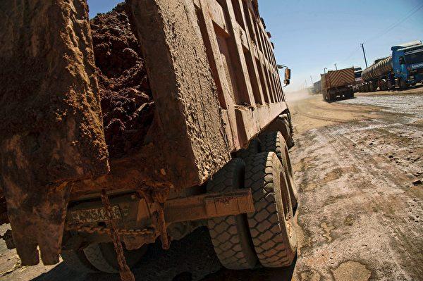剛果的鈷礦開採工作流的一部份。(JUNIOR KANNAH/AFP/Getty Images)