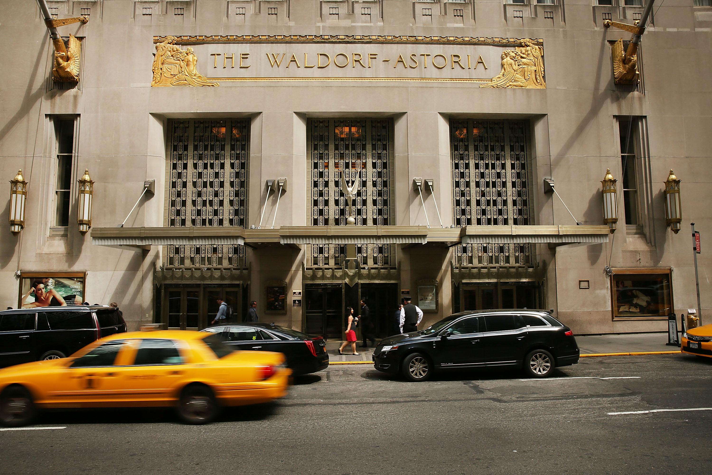 美國政府最高級反間諜官員警告,中共政府隨時都可以監視人們的智能手機、平板設備及電腦,並特別提及要注意全球中資酒店的Wi-Fi。圖為在紐約市的華爾道夫酒店。(Spencer Platt/Getty Images)