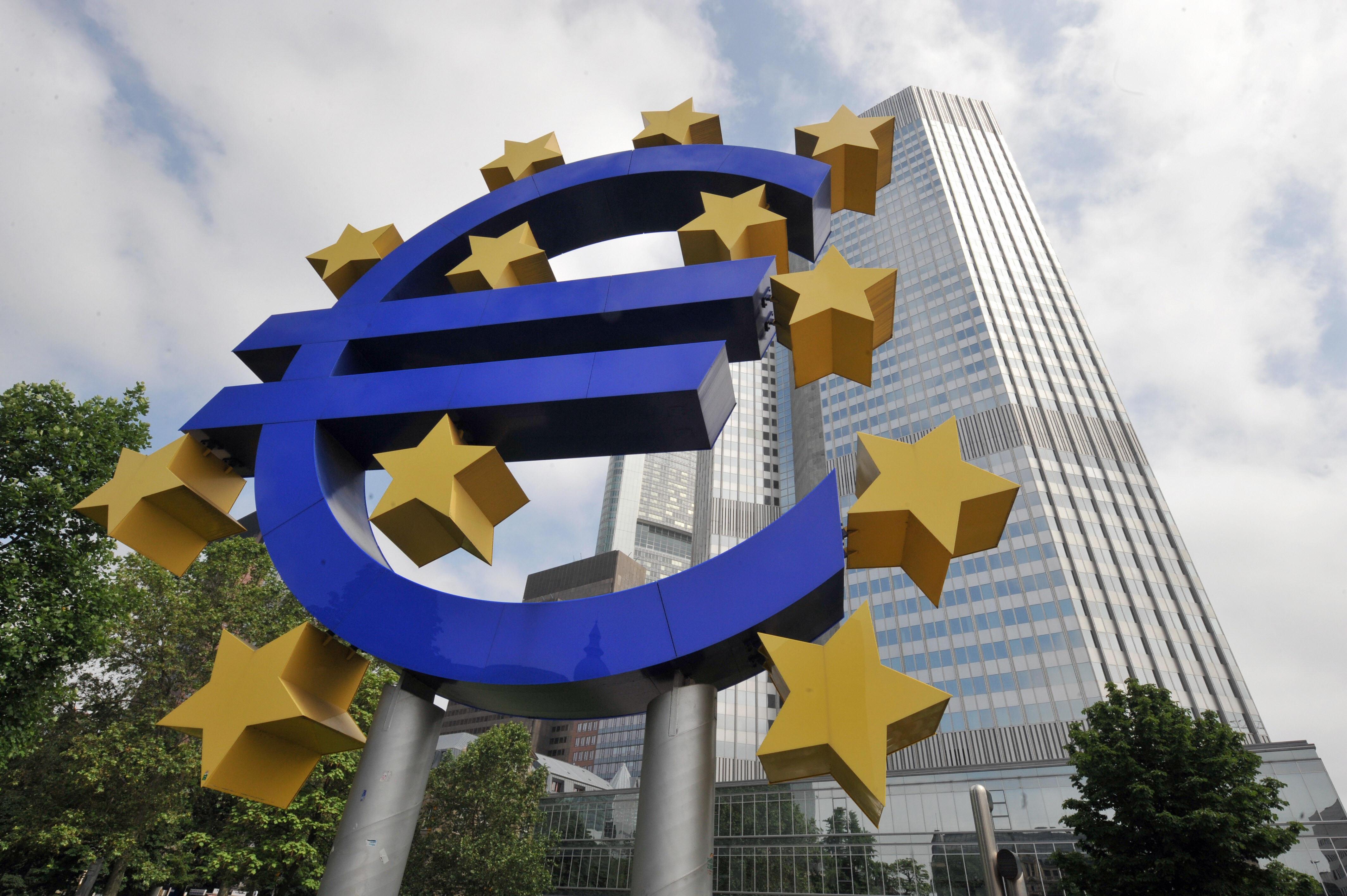 在G20峰會前,中共高級官員密集訪問歐洲重要國家,希望與這些國家結盟,共同對抗美國特朗普政府的貿易政策。專家分析,歐盟支持特朗普,中共聯歐制美的意圖將無法實現。圖為在歐洲央行前的巨型歐盟標誌。(DOMINIQUE FAGET/AFP/Getty Images)