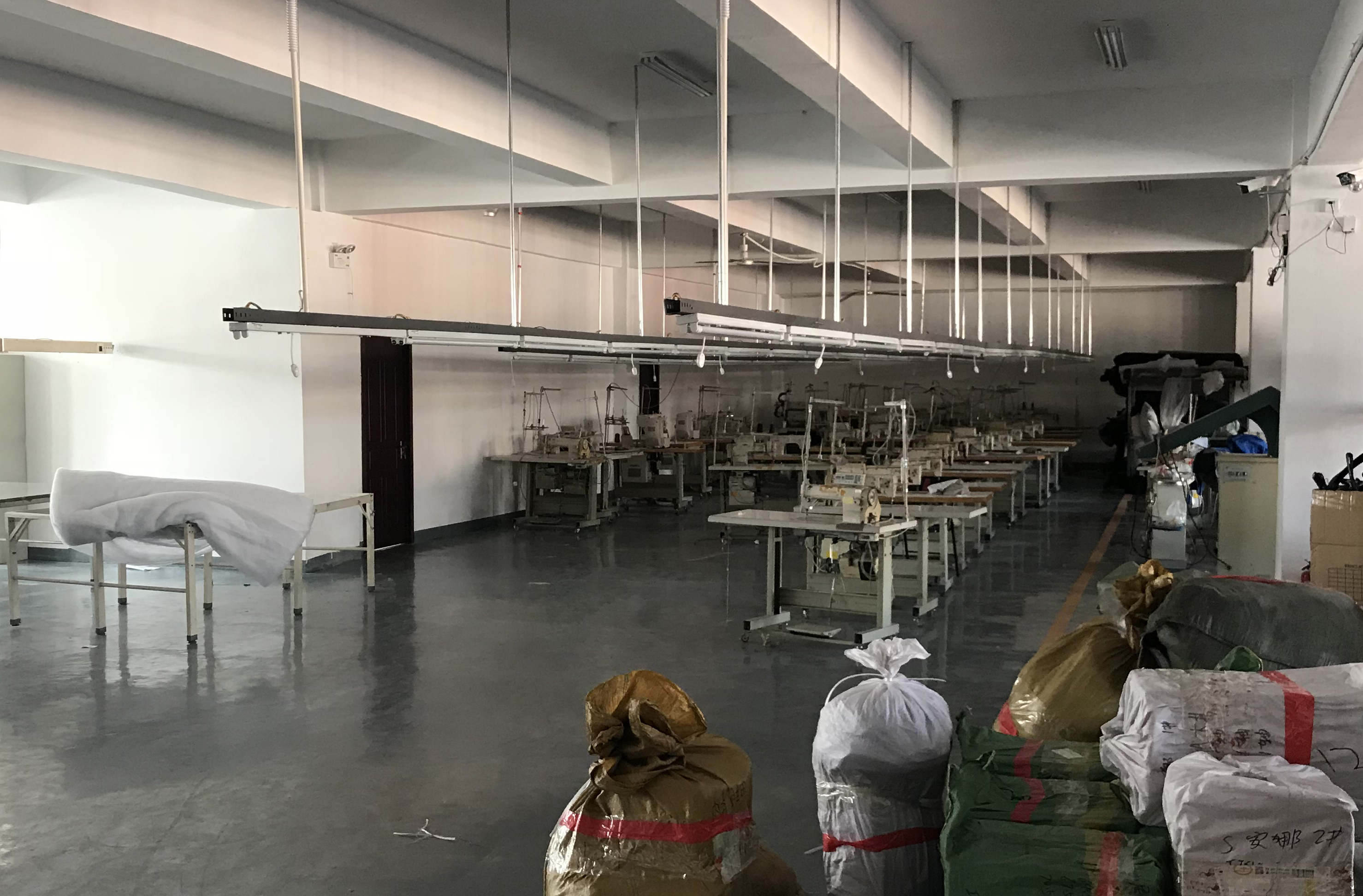2018年,從家庭到企業舉債越來越多,造成許多企業倒閉。圖為遼寧省丹東的一家關閉了的成衣廠。(RYAN MCMORROW/AFP/Getty Images)