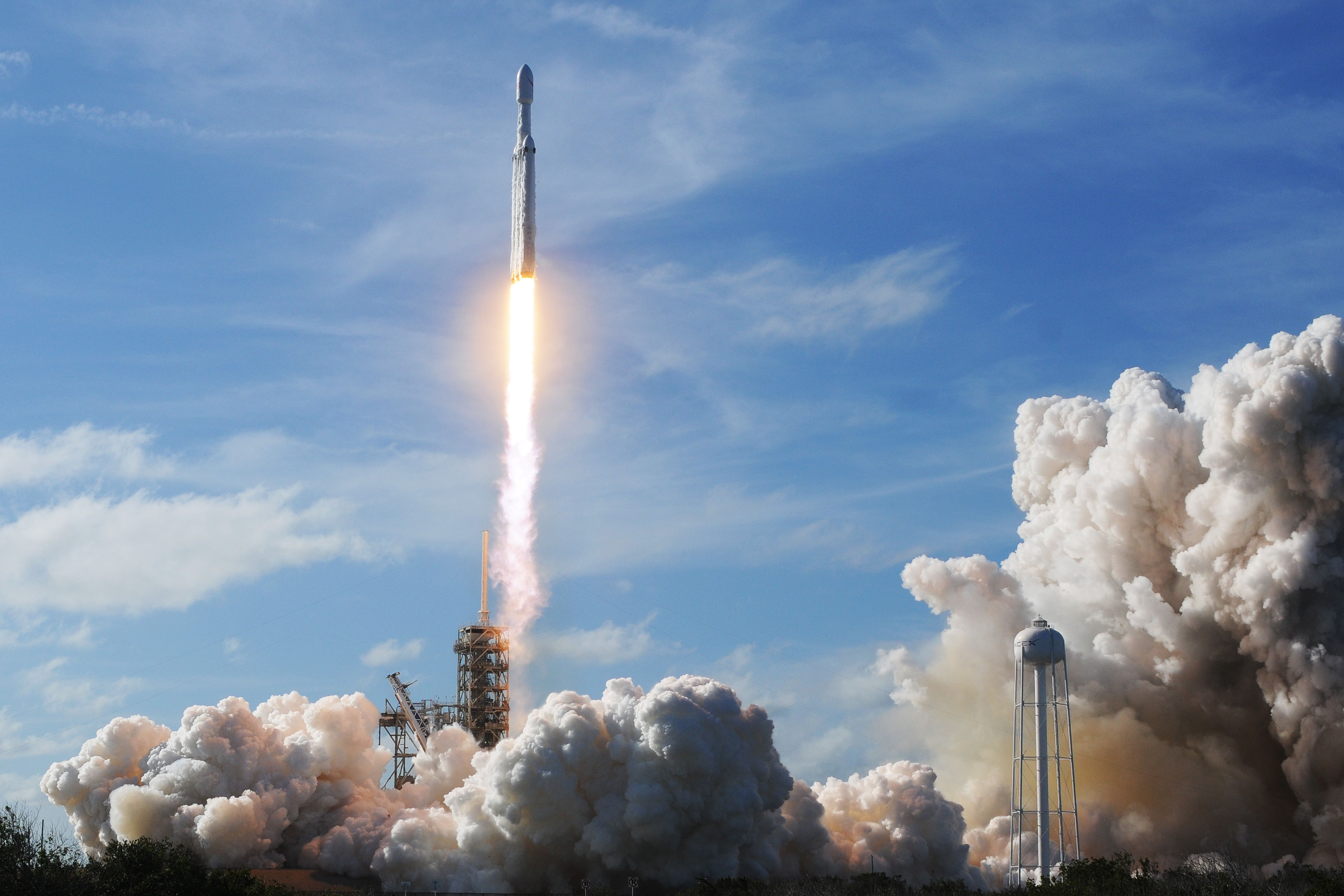 美國智囊哈德遜研究所的專家凱利(Sean Kelly)撰文警告說,中共試圖藉由投資滲透美國太空產業。圖為2018年2月6日,美國SpaceX公司在佛羅里達州發射火箭上太空。(JIM WATSON/AFP/Getty Images)