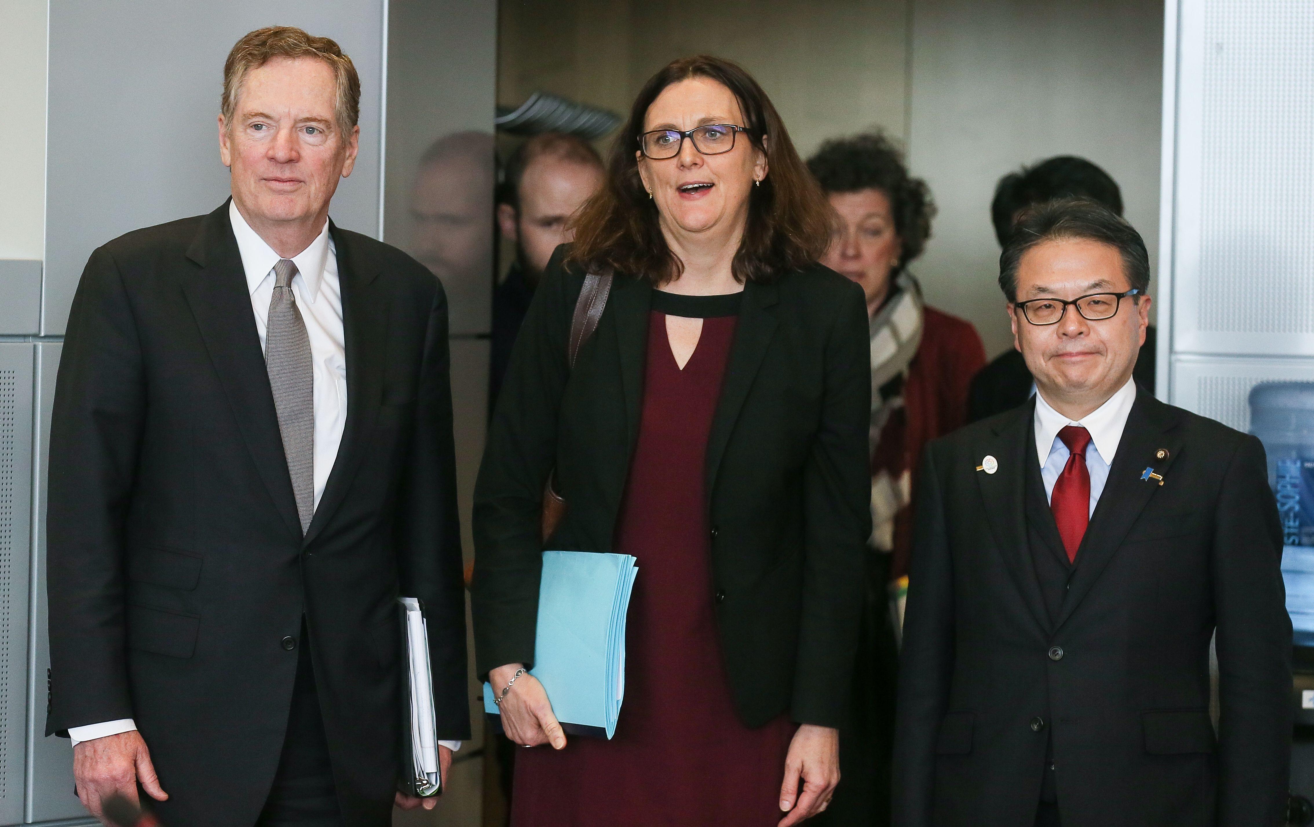 今年9月,美國、歐盟和日本發表聯合聲明暗批中共。圖為歐洲貿易專員Cecilia Malmstrom(中),美國貿易代表萊特希澤(左)和日本經濟部長Hiroshige Seko於2018年3月在歐盟委員會布魯塞爾總部開會。(STEPHANIE LECOCQ/AFP/Getty Images)