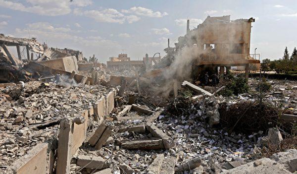 空襲後,大馬士革附近的一個化武研究中心變為廢墟。(LOUAI BESHARA/AFP/Getty Images)