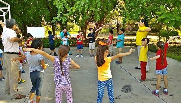 墨西哥瓜薩維蒙特梭利學校的學童們在校園內學煉法輪功。(明慧網)