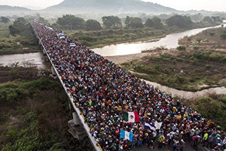 空中拍攝的鳥瞰圖,2018年10月27日穿越墨西哥南部的大篷車隊伍,隊伍中含有洪都拉斯,危地馬拉以及薩爾瓦多的國旗。(GUILLERMO ARIAS/AFP/Getty Images)