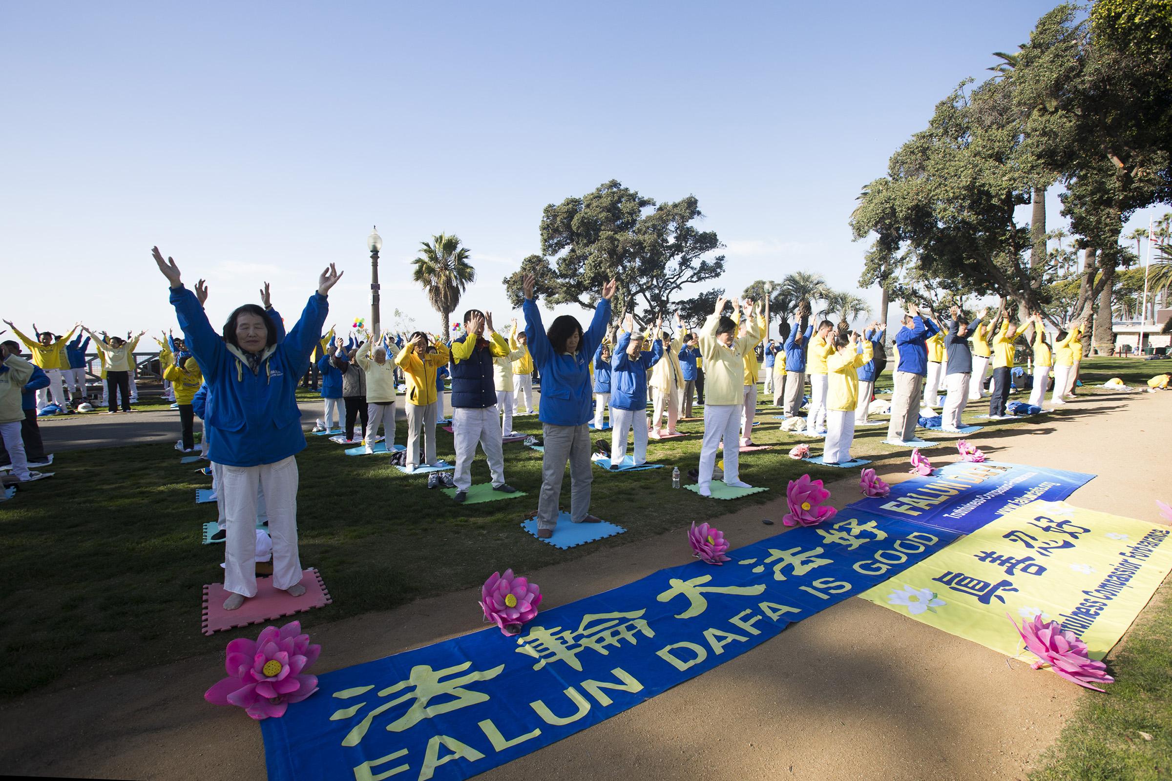 12月16日(周日),洛杉磯數百名法輪大法學員齊聚聖莫妮卡(Santa Monica)海灘集體煉功。(季媛/大紀元)