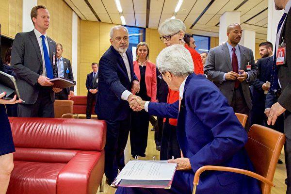 2015年7月14日,以美國為首的6個國家及歐盟和伊朗在維也納簽署核協議。圖為美方和伊朗談判方握手。(維基百科公有領域)