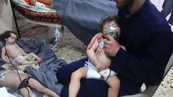 4月7日,敘利亞再傳化學武器攻擊,大量無辜平民淒慘的照片不僅再一次震驚全球。(AFP PHOTO AND SYRIA CIVIL DEFENCE/HO)