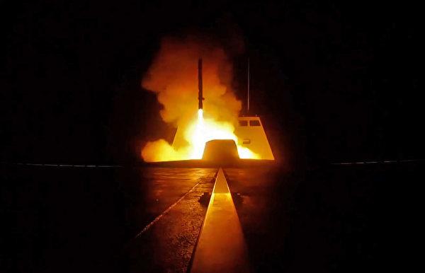 聯合攻擊行動中,法國軍艦向敘利亞目標發射的巡航導彈。(AFP PHOTO/ECPAD AND AFP PHOTO)