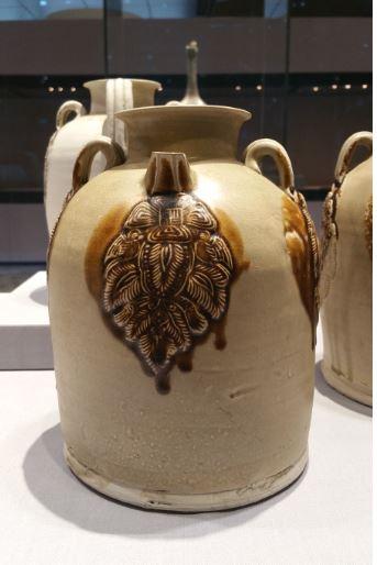 青釉褐斑椰棗模印貼花壺(筆者拍攝/大紀元)