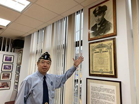 军人会主席朱超然介绍二战中为国牺牲的华裔空军英雄刘锦中尉。