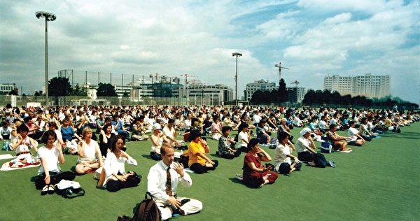 1999年法輪功學員在法國集體煉功。(明慧網)