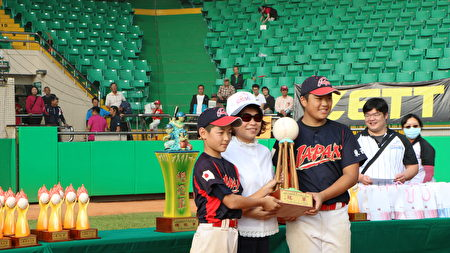 市長黃敏惠頒贈高年級冠軍獎盃。