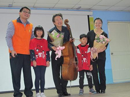 张老师接受学生献花。