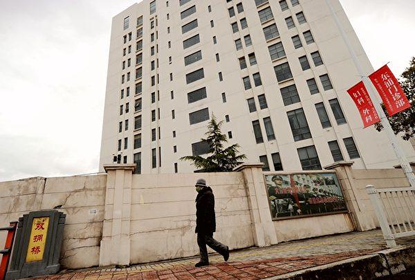中共黑客近年來不斷攻擊西方國家的政治商業教育等機構,竊取機密。圖為互聯網安全公司Mandiant根據追蹤發現的隸屬中共軍方的黑客組織所在地——上海高橋區的一棟12層樓內。(PETER PARKS/AFP/Getty Images)