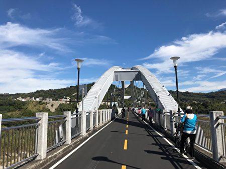 「東豐鐵橋」藍天白雲景色怡人。