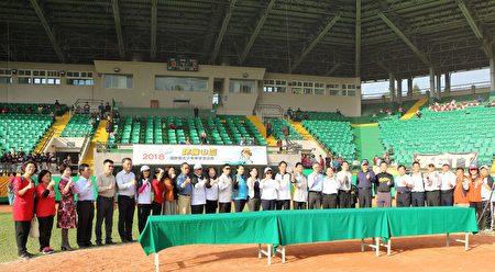 嘉義市國中小學校長出席閉幕典禮並與市長黃敏惠合照。