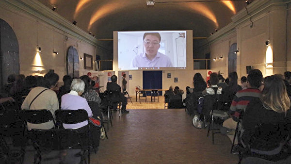 《求救信》 导演李云翔还在影片放映后,通过远程视频与现场观众互动。(大纪元)