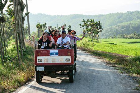 游客深入部落感受居民的生活。