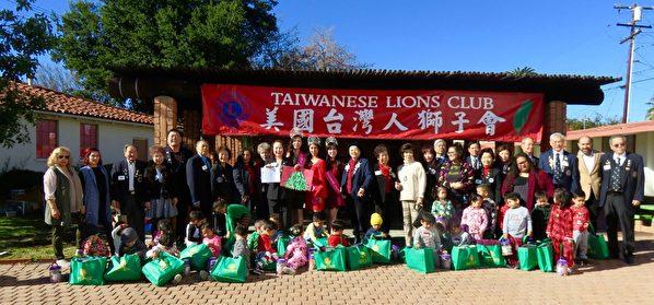 """美国台湾人狮子会扮""""圣诞老人""""为孩童送暖"""