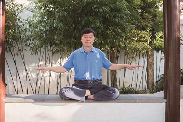 静坐,又叫做打坐、又叫冥想。图为中医博士李有甫在打坐。(大纪元)