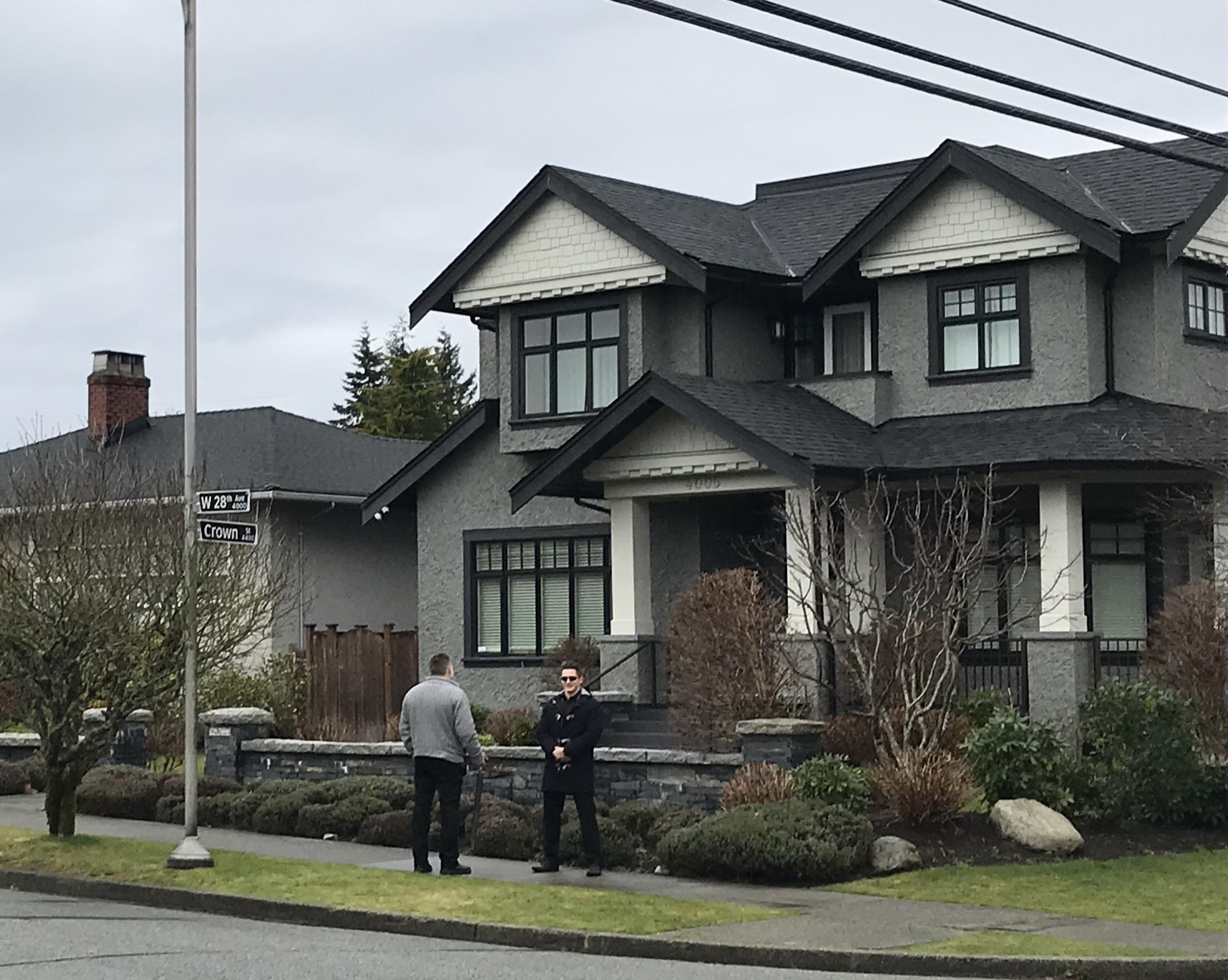 圖為2018年12月22日,孟晚舟被保釋在溫哥華W 28街的豪宅,周圍均有保安及車輛。(唐風/大紀元)