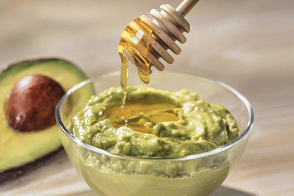 过熟的酪梨可以和蜂蜜在一起制作成面膜,有很好的润泽肌肤的作用。