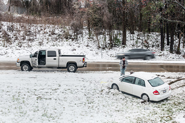冬季风暴袭击北卡 3死数十万断电