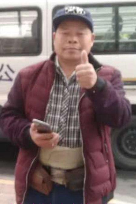 5日,廣西律師陳家鴻於廣東省司法廳前。他被公安擋住不能進入聽證會旁聽,被檢查身份證並干涉他拍照。(受訪者提供)