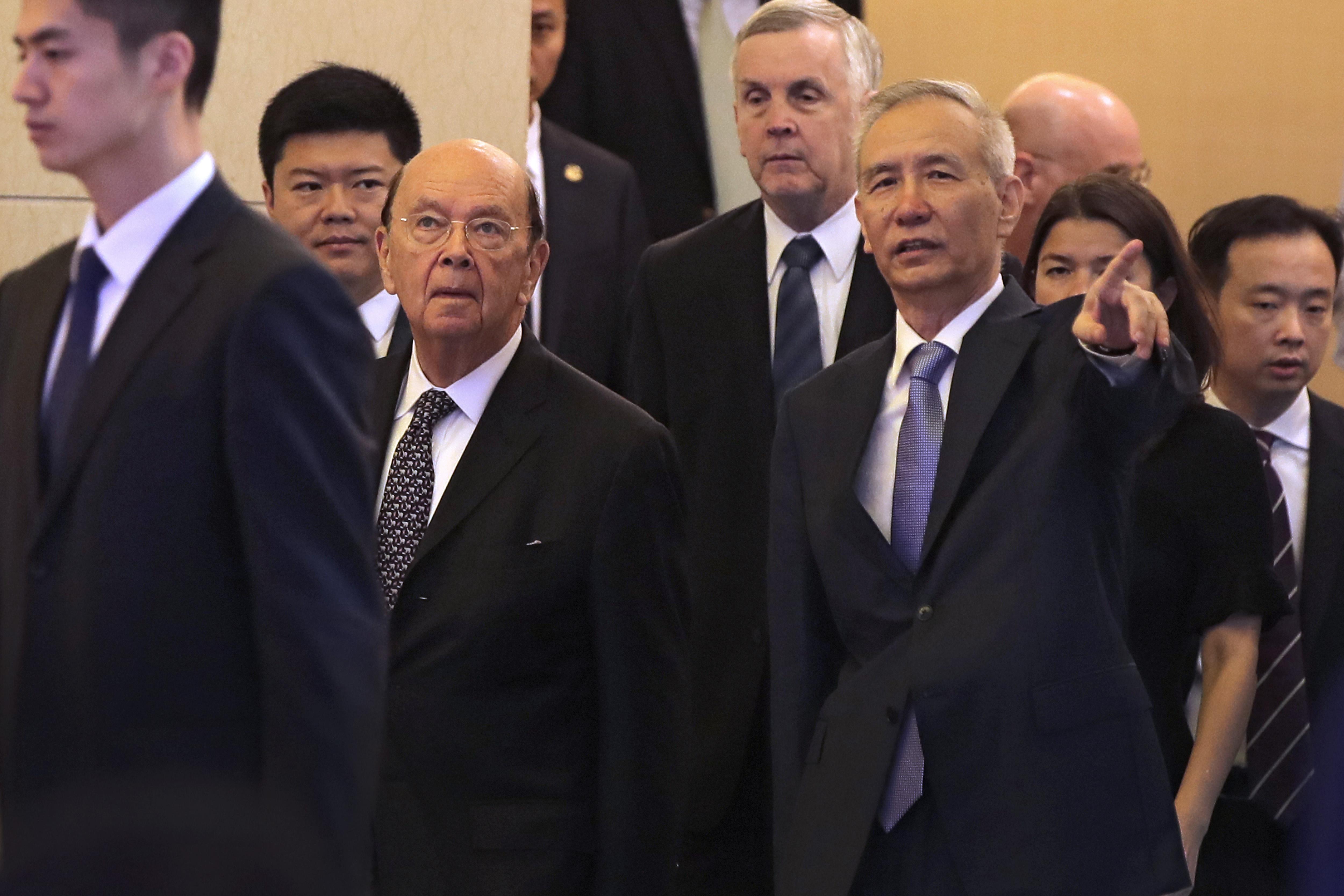 本周登場的中美高級官員貿易談判是全球關注焦點,雙方能否在3月1日前達成協議,就看這一回。圖為2018年6月美國商務部長羅斯(圖左三)在北京與中共副總理劉鶴會面。(Andy Wong/POOL/AFP)