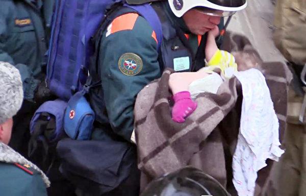 俄罗斯男婴在大楼气爆后奇迹生还。