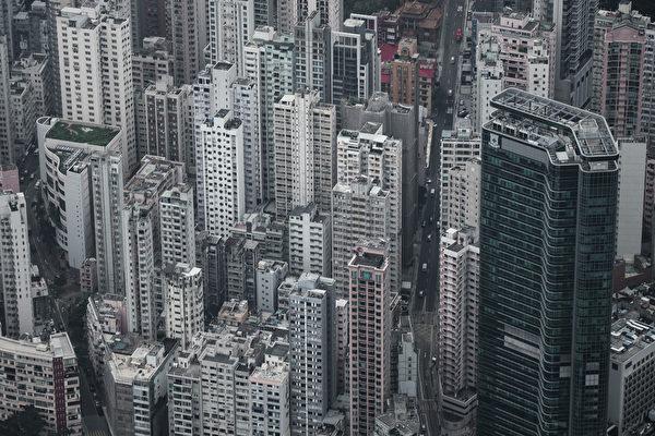 在香港,空置稅正在出台,該稅項旨在阻止投資者囤積空置公寓,因此,價格較去年8月份的峰值下降近9%。(Photo by Philippe LOPEZ / AFP)