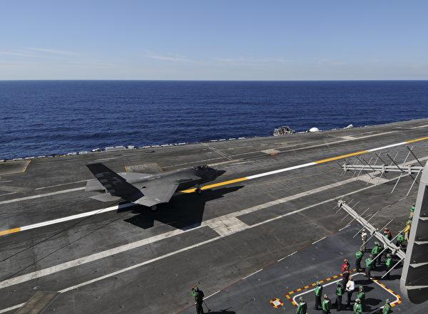 航母著陸絕非易事,飛行員必須考慮當時的風速、大氣條件和船速。(MC3 William Cousins/US NAVY/AFP)
