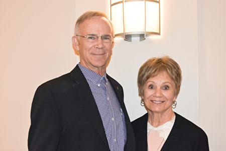 1月7日晚,天主教沃斯堡教區慈善事業非牟利公司副總裁Butch Berch先生對神韻演出非常欽佩。(樂原/大紀元)