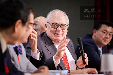 美國智庫「傳統基金會」創辦人弗訥(Edwin J. Feulner, Jr.)(中)31日呼籲,美國應與台灣簽訂自由貿易協定(FTA),做為《台灣關係法》40週年生日大禮。