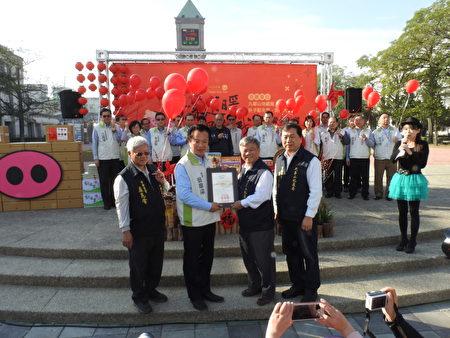 嘉義縣長翁章梁(左2)頒發感謝狀給「財團法人九華山地藏庵」,由董事長黃俊森(右2)代表接受。