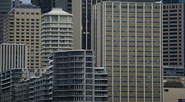 在澳洲,自政府舉措限制外資購買和緊縮信貸之後,悉尼房價較2017年的高峰下跌11%。(Photo by PETER PARKS / AFP)
