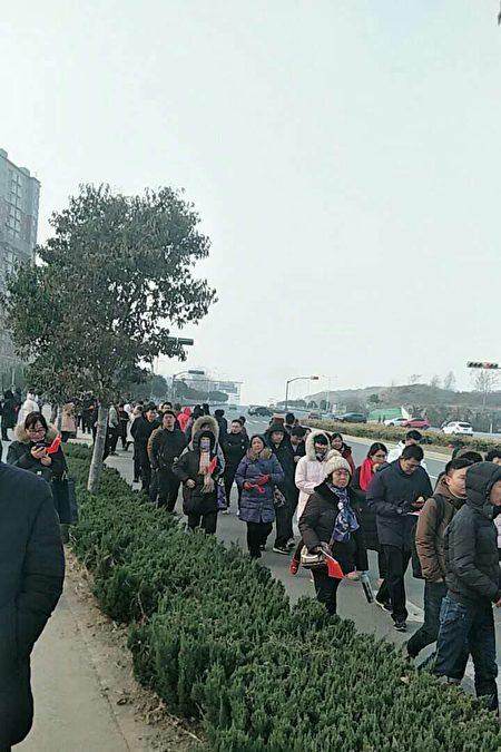 1月3日,山東濟南市融匯城玫瑰莊園二期數百名業主遊行示威,抗議豆腐渣工程。(受訪者提供)