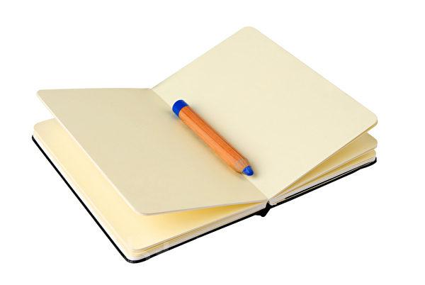 寫出做夢清單,起床後花上數秒來勾選,被視為誘導清醒夢的一種練習。(spaxiax/Fotolia)
