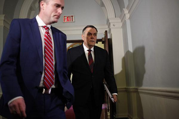 圖:1月21日,省議會議長布萊卡斯(Darryl Plecas,右)與議長幕僚長穆倫(Alan Mullen)參加議會管理委員會會議。(加通社)