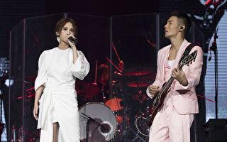 杨丞琳(左)与男友李荣浩