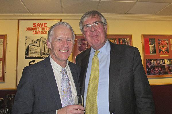 英國上議院議員、格蘭徹斯特(Grantchester)勳爵(左)Christopher John Suenson-Taylor和Waverley勳爵(右)John Anderson一同觀看了神韻藝術團2018年2月22日晚上在倫敦的演出。(麥蕾/大紀元)