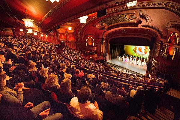 2018年2月22日在倫敦多米尼恩古色古香的劇院內,神韻紐約藝術團在此的第九場演出座無虛席。 (晉飛/大紀元)