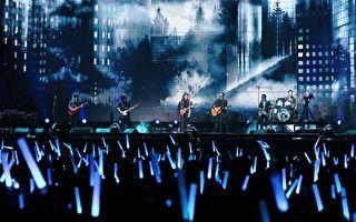 伍佰(中)於2019年開工第一天助陣五月天「人生無限公司」最終版演唱會