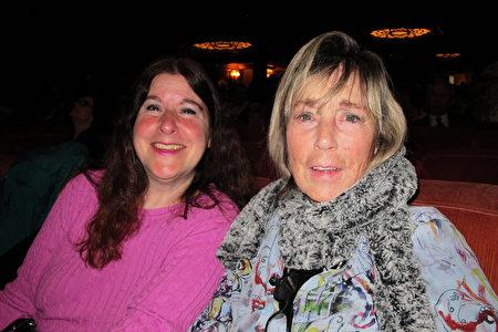 1月2日,Janet(右)女士和Irene女士一起觀賞了神韻在三藩市的演出。(麥蕾/大紀元)