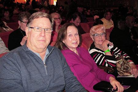 1月2日,Gundlach Bundschu公司的首席營運官Clement J. Firko先生和太太及友人一起觀賞了神韻在三藩市的演出。(麥蕾/大紀元)