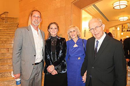 1月7日晚,Sandy Reeves(左二)與先生James Reeves(左一)等家人一起觀看了神韻演出。(唐薇/大紀元)