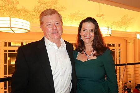 1月7日晚,招聘公司的總裁Tom Bath和太太一起觀看了神韻北美藝術團在沃斯堡貝斯演藝廳的演出。(唐薇/大紀元)